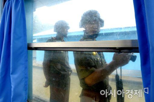 [포토]기웃거리는 북한 병사