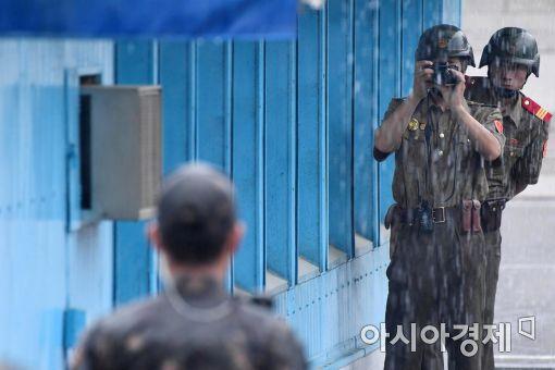 [포토]빗속 촬영하는 북한 병사