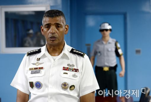 [포토]질문에 답하는 브룩스 한미연합사령관