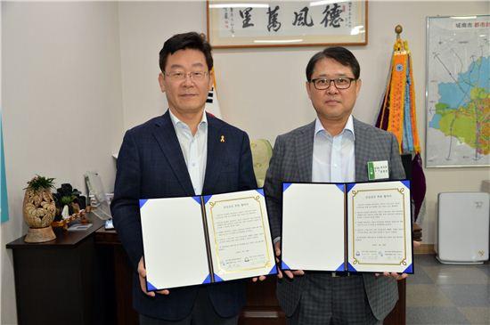 이재명 성남시장(왼쪽)이 메디피아 장영준 이사장과 지역아동 500명 무료 건강검진 협약을 체결한 뒤 기념사진을 찍고 있다.