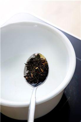 1. 티포트에 홍차를 넣고 물을 부어 끓인다.