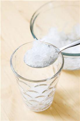 3. 컵에 잘게 부순 얼음 2컵을 담고 홍차를 따른 후 기호에 따라 설탕시럽을 넣고 레몬 1조각을 띄운다. (Tip 기호에 따라 탄산수를 섞어도 된다. 설탕 시럽은 물과 설탕을 1:1의 비율로 넣고 녹을 때까지 젓지 말고 끓여 식혀 사용한다.)