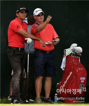 제이슨 데이(왼쪽)가 98번째 PGA챔피언십 개막을 하루 앞두고 연습라운드를 하고 있다. 스프링필드(美 뉴저지주)=Getty images/멀티비츠