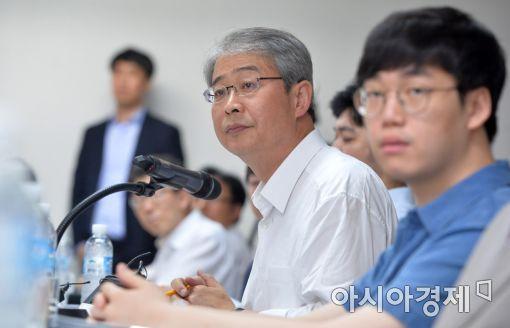 [포토]크라우드펀딩 기업 현황 청취하는 금융위원장