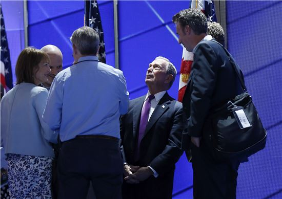 마이클 블룸버그 전 뉴욕 시장이 27일(현지시간) 민주당 전당대회 연단에 오르기 위해 대기하고 있다. (사진=EPA연합뉴스)
