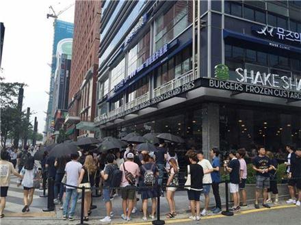 SPC그룹이 운영하는 쉐이크쉑 강남점. 개점 일주일째인 지난달 28일에도 2시간씩 기다려야 매장에 들어갈 수 있을 정도로 긴 줄이 섰다.