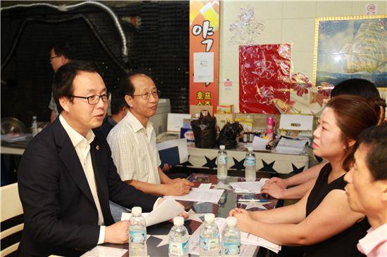 정기열 경기도의회 의장(왼쪽)이 민원인과 상담하고 있다.