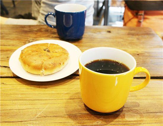 직접 로스팅한 커피를 핸드드립으로 맛볼 수 있는 슈만과클라라. 핸드드립 커피는 물론 수제 빵맛도 아주 좋다.