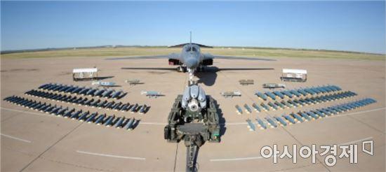 B-1 폭격기는 미국의 보잉사가 개발한 가변익 폭격기로 엔진 4개를 탑재해 초음속으로 비행하며 저고도 침투가 가능한 전략폭격기다.