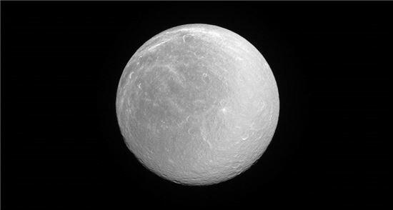 ▲토성의 위성 '레아'가 눈부시게 빛나고 있다.[사진제공=NASA]