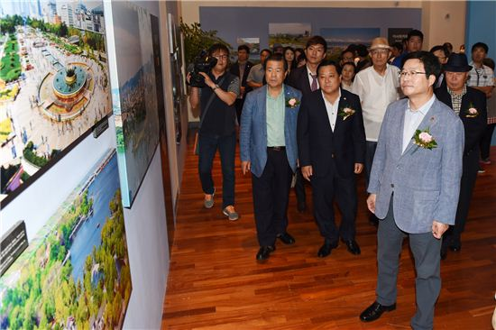 염태영 수원시장이 13개 국제자매도시 사진전에 참석해 전시사진을 관람하고 있다.