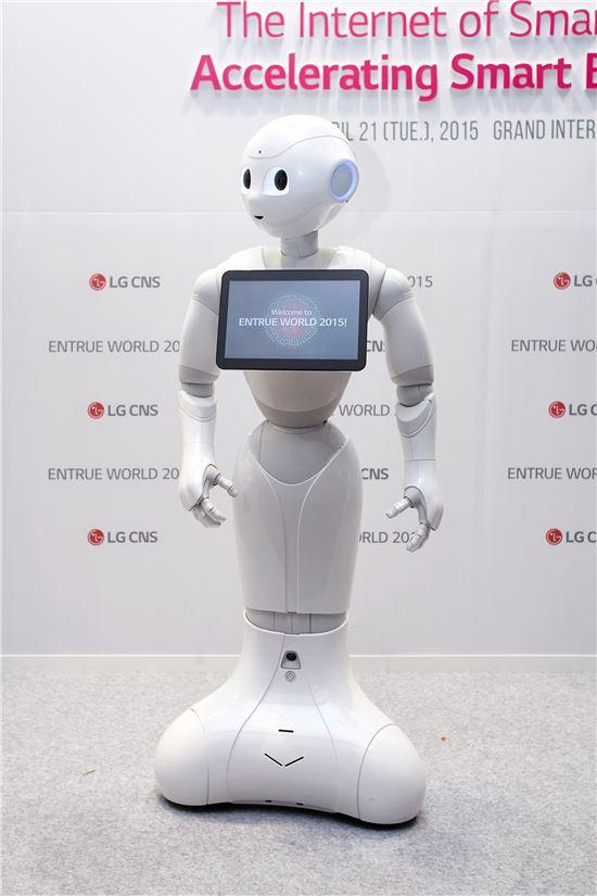 LG CNS의 디스플레이를 장착한 로봇 '페퍼'