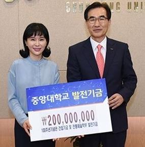 김정민(왼쪽)씨와 김창수 중앙대 총장이 기념촬영을 하고 있다.