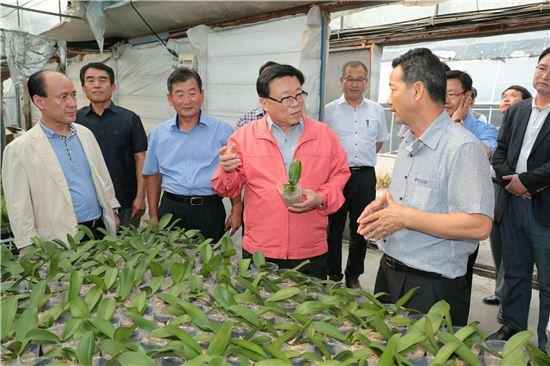 이동필 농림축산식품부 장관이 청탁금지법 시행으로 인한 피해가 우려되는 화훼 농가를 방문하고 피해 최소화 대책을 추진하겠다고 밝혔다.