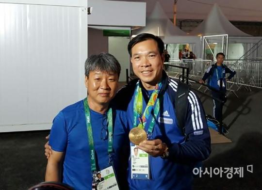 박충건 감독(왼쪽)과 베트남 첫 올림픽 금메달리스트 호앙