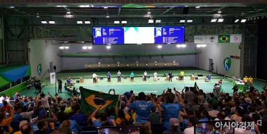브라질 팬들이 사격 남자 10m 공기권총 결선에 오른 자국 선수를 응원하고 있다.