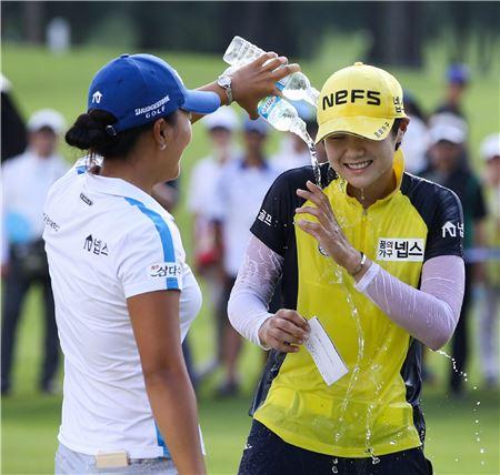 박성현(오른쪽)이 삼다수마스터스 우승 직후 고진영에게 축하 물세례를 받고 있다. 사진=KLPGA