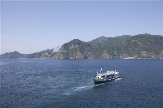 외지인들에게 쉽게 길을 내어주지 않는 동해 바다에는 어딜 보아도 푸르른 울릉도가 있다.