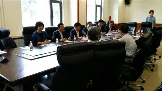 더불어민주당 소속 초선 의원들이 8일(현지시간) 중국 베이징대학교 국제관계학원에서 중국 교수들과 좌담회를 갖고 있다.