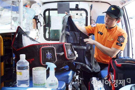 광주광역시소방안전본부 구급대원이 119폭염피구급차량에서 얼음 조끼, 생리식염수 등 폭염 구급 장비를 점검하고 있다.