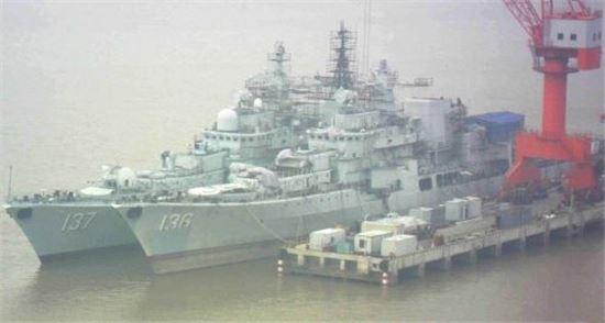 개량공사가 진행 중인 소브레멘니급 구축함 항저우함과 푸저우함