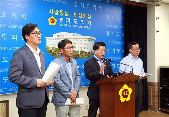 경기도의회 더불어민주당 박승원 대표(오른쪽 두번째)가 민선6기 후반기 경기연정 방향에 대해 설명하고 있다.