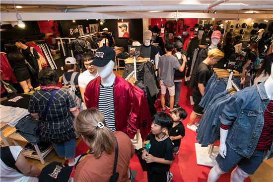 고객들이 최근 에잇세컨즈 명동 매장에서 제품을 구경하고 있다.