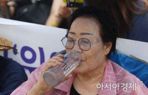 [포토]물 마시는 이용수 할머니