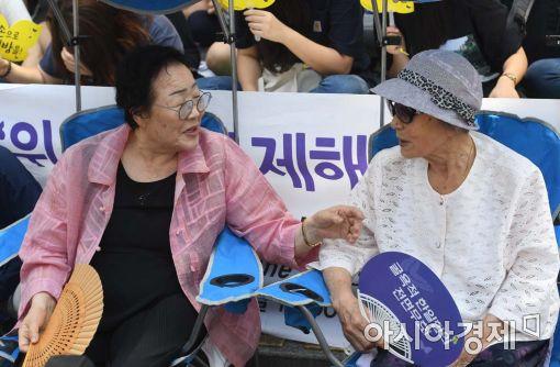 [포토]대화 나누는 이용수 할머니-김복동 할머니