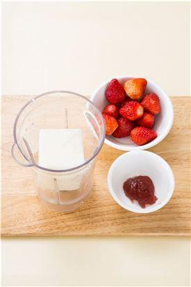 1.딸기는 꼭지를 떼어내고 얼린 우유와 딸기잼을 넣어 곱게 갈아준다.