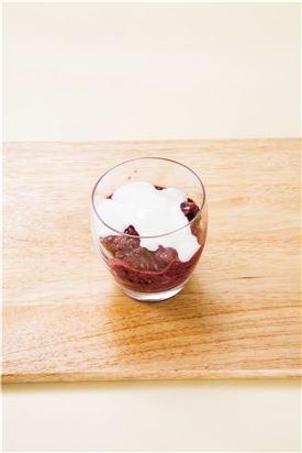 4.컵에 담고 요거트를 올린 후 블루베리로 장식한다.