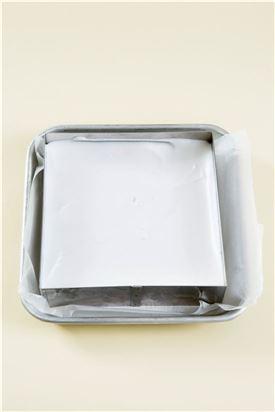 4. 10분 이상 잘 저은 다음 바닐라가루를 넣어 섞고 틀에 부어 냉장고에서 굳혀 적당한 크기로 자른다.