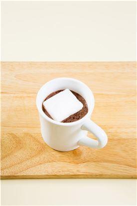 5. 코코아가루와 우유를 잘 섞은 다음 마시멜로를 띄운다.
