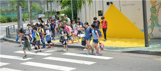 초등학교 앞 횡단보도 옐로 카펫