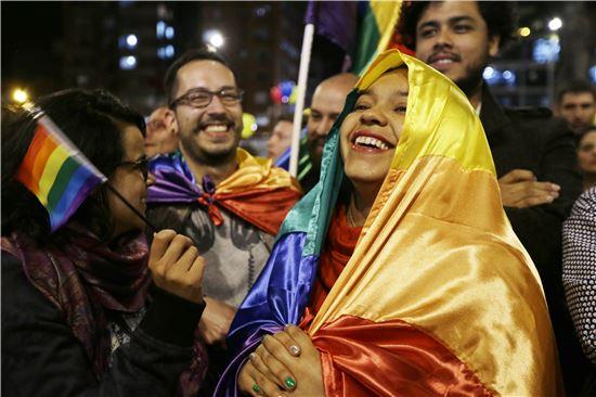 ▲정부와 반군의 평화협정 소식에 콜롬비아 국민들이 기뻐하고 있다 (AP = 연합뉴스)