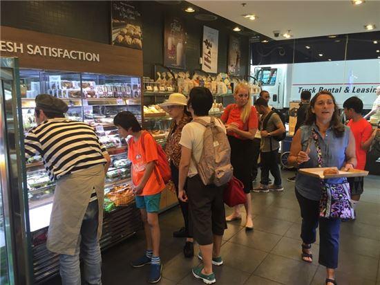 2일(현지시간) 오전 9시 미국 뉴욕 맨해튼 52번가 렉싱턴에비뉴에 있는 SPC의 베이커리숍 파리바게뜨에는 고객들이 빵을 고르고 있다.