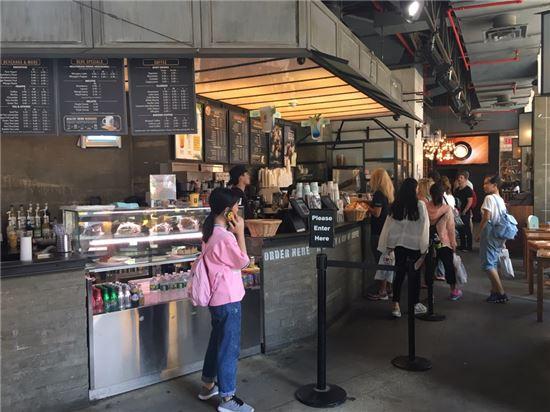 2일(현지시간) 미국 뉴욕 타임스퀘어 직영점에서 고객들이 줄을 서서 주문하고 있다.