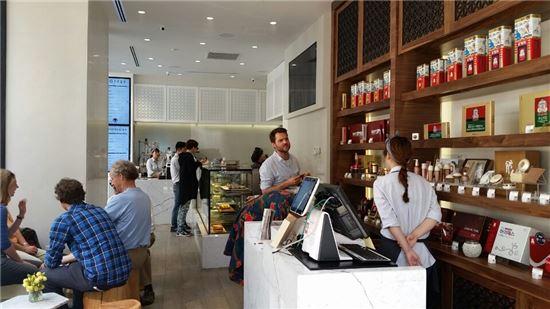 2일(현지시간) 뉴욕 맨해튼의 5th 에비뉴와 32번가 사이에 위치한 KGC인삼공사의 '카페 & 진생'에서 고객들이 차를 마시고 있다.