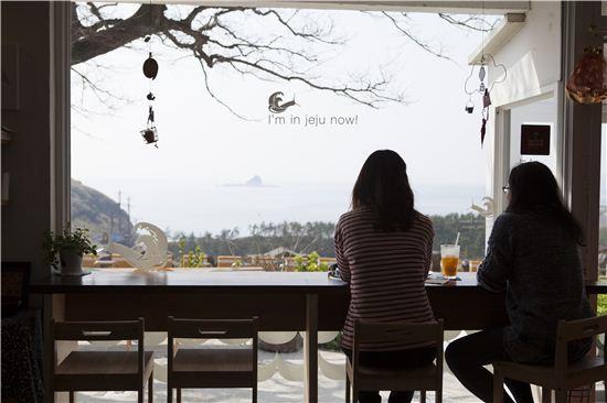카페 오너의 감각적인 스타일로 또 다른 제주를 만날 수 있는 레이지박스.