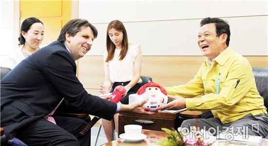 윤장현 광주광역시장이 25일 오후 시청 3층 접견실에서 마크 리퍼트 주한 미국대사에게 기아타이거즈 기념품을 전달하고 있다.