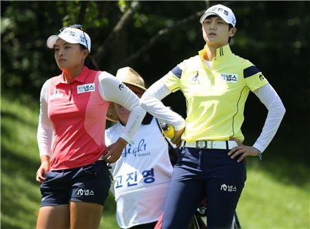 고진영(왼쪽)과 박성현이 하이원리조트여자오픈 첫날 2번홀 티잉그라운드에서 코스를 바라보고 있다. 사진=KLPGA