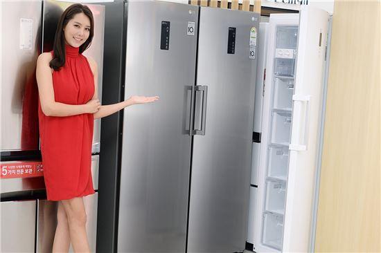 서울 강서구 공항대로에 위치한 LG 베스트샵 강서본점 매장에서 모델이 LG 컨버터블 패키지 냉동고를 소개하고 있다.