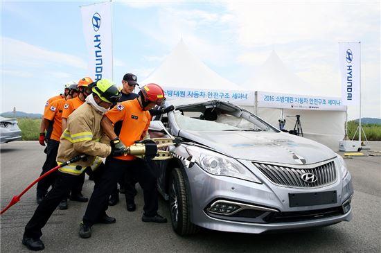현대차가 교통안전공단과 함께 '제2회 소방대원 자동차 안전구조 세미나'를 25일 개최했다. 세미나에 참가한 소방대원이 친환경차량 절단 실습을 하는 모습.