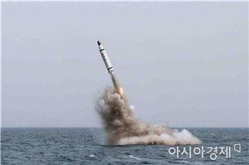 김정은 북한 노동당 위원장도 북한 정권 수립70주년인 2018년 9월 9일까지 잠수함발사탄도미사일(SLBM) 발사관을 2∼3개 갖춘 신형 잠수함을 만들라는 지시를 했다고 도쿄신문이 9일 보도했다.