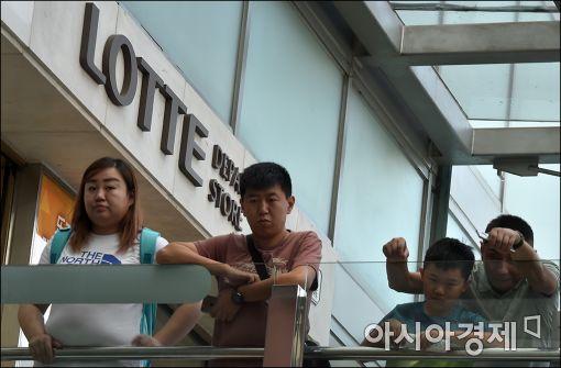 [포토]롯데사태 지켜보는 중국인 관광객들