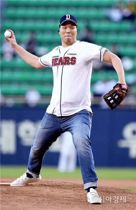 [포토]서장훈, '탁구공 만큼 작아보이는 야구공'