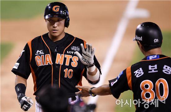 [포토]황재균, '시즌 20호 홈런입니다'