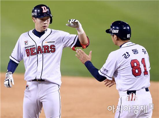 [포토]박건우, '오늘 3안타 2타점 경기에요'