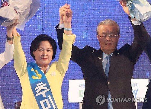 ▲추미애 더민주 신임 당대표(왼쪽)와 김종인 전 비상대책위 대표