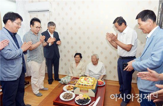 [포토]최영호 광주시 남구청장,100세 장수축하금과 전달